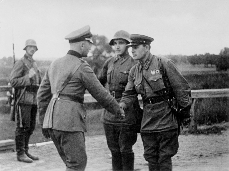 Soviet-Union-started-WW2-on-Hitlers-side.-The-meeting-of-Soviet-and-German-officers-on-the-demarcation-line-in-occupied-Poland-scanpix.no_